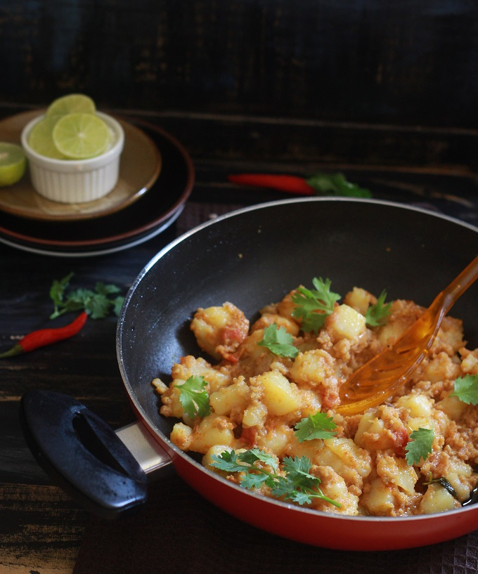 An easy and tasty aloo keema recipe. Potatoes cooked along with mutton mince with spices. It tastes great with roti, chapati, nan, plain rice or even jeera rice.