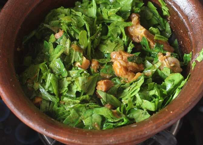 palak getting cooked in the gosht masala