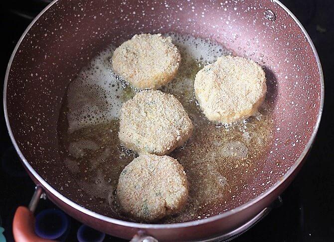 shallow frying aloo ki tikki recipe in pink pan