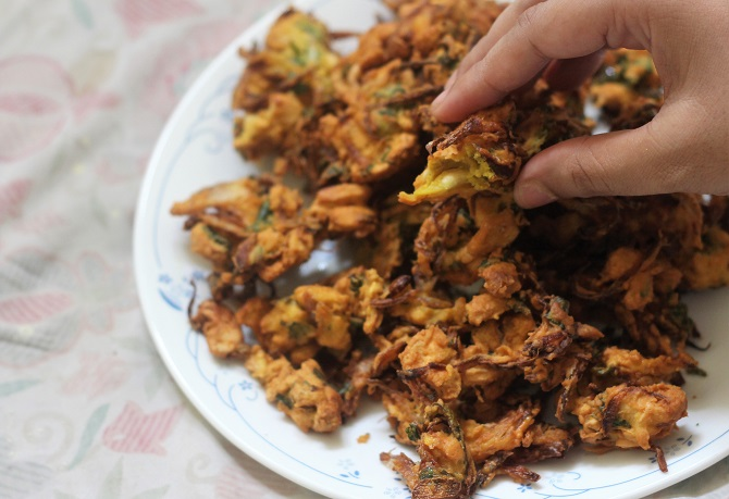 Cashew Pakoda Recipe or the Kaju Pakora is Indian fritters made with gram flour and cashew nuts. Crunchy, tasty and yummy, there is no doubt that this pakora is on top of my favorite list