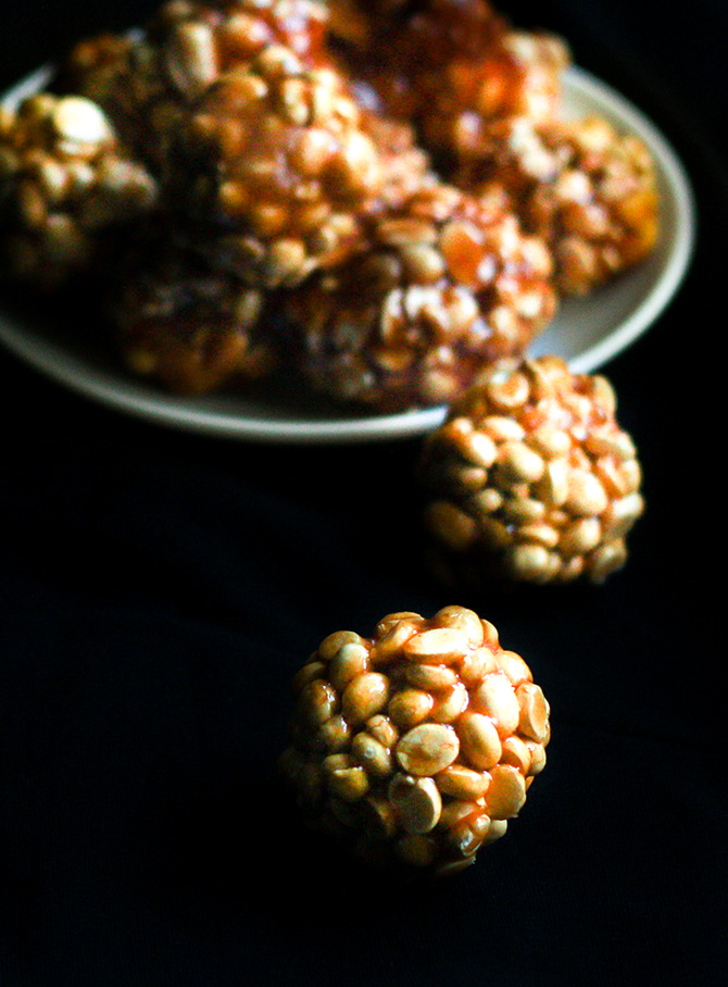 Pottu Kadalai Urundai or the Dalia Ladoo is another tasty dessert recipe. Made with the roasted chana dal, it is also known as the putnala pappu ladu in Telugu.